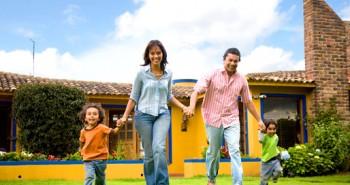 Família segura e feliz como se cuidasse bem das finanças
