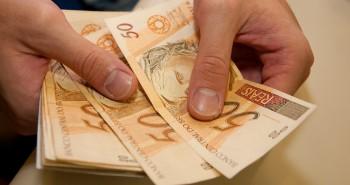 Crédito - mão emprestando dinheiro