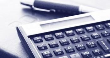 Calculadora, caneta e agenda para consultoria de investimentos